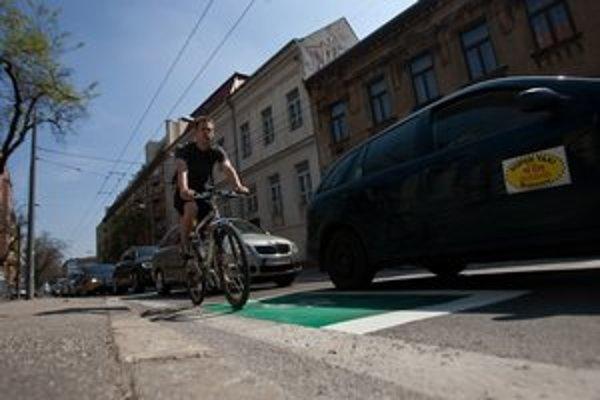 Zelený priestor na križovatke na Odborárskom námestí má postaviť cyklistov pred čakajúce autá.