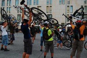 Cyklistiku na Critical Mass oslavujú aj takzvaným bike liftom - zdvihnutím bicyklov nad hlavu.