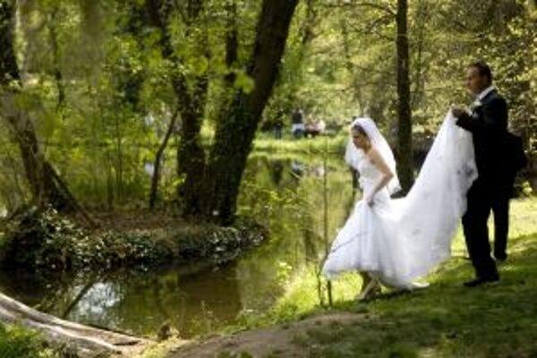 Romantika sobáša pod holým nebom Žiarčanov neláka.