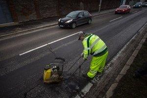 Na opravu výtlkov na mestských cestách dá mestská časť zo svojich peňazí.