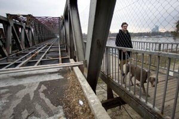 Starý most je prístupný len pre peších a cyklistov.