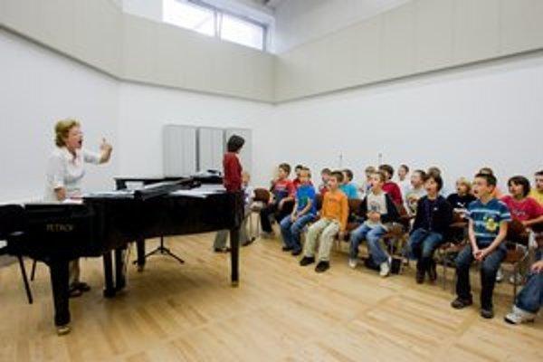 Bratislavský chlapčenský zbor nacvičuje v priestoroch Slovenského národného divadla.