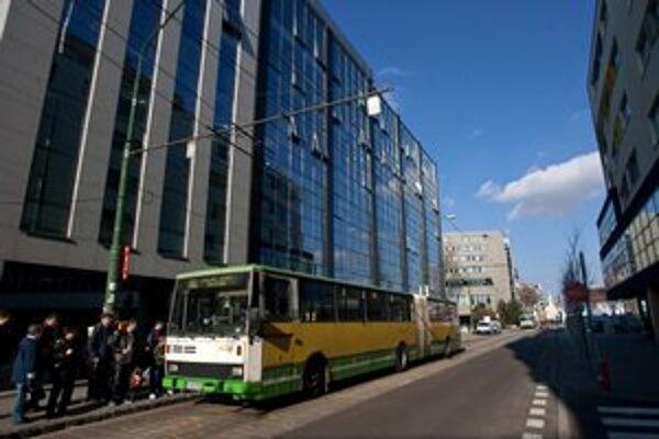 Ako náhradný spoj za zničené trolejbusy už nasadili staré karosy.