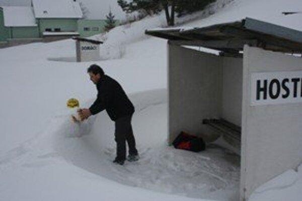 Najviac centimetrov snehu sa nachádza na ihrisku v Krahuliach.