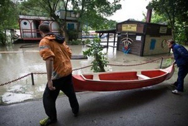 Vodáci zachraňovali člny.