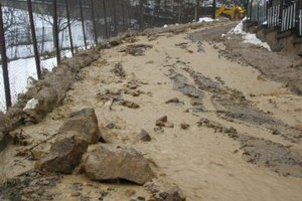 V Brehoch sa zosunul svah, blato a kamene sa valili dedinou. Zosuv zaplavil niekoľko domov a garáží.