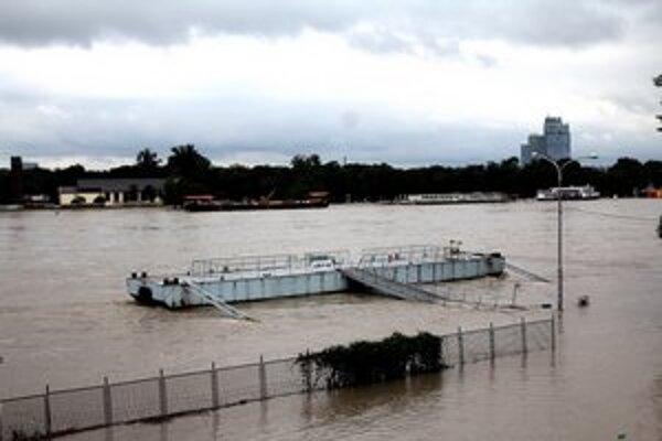 Dunaj je už tak vysoký, že lode by sa nezmestili popod most.