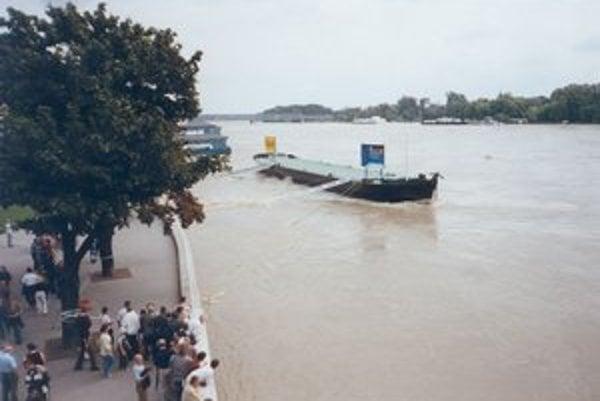 Bratislava na archívnej fotografii z augusta 2002.
