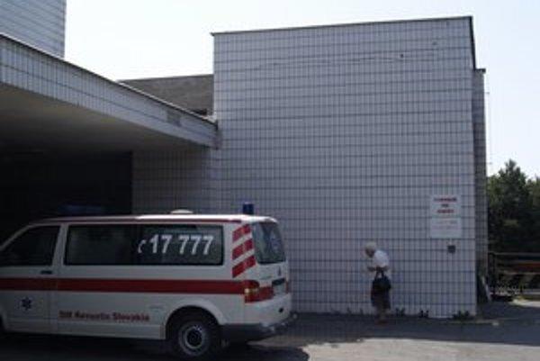 Zraneného mladíka previezli do nemocnice.