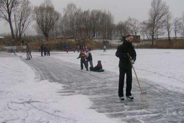 Korčuľovať sa dá už aj na jazerách. Hrúbku ich ľadu však nesledujú.