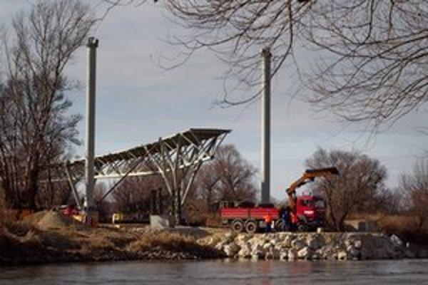 Akčnému hrdinovi Chuckovi Norrisovi by stačil aj takýto most, aby sa dostal na druhú stranu rieky. V ceste mu môžu stáť miestni poslanci.