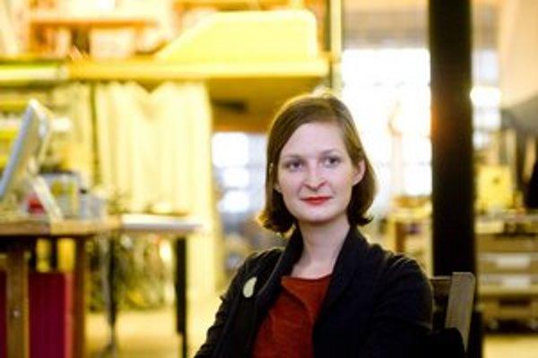 Pavlína Morháčová, grafická dizajnérka. Žije v Bratislave. V meste robila logo pre KC Dunaj, programy pre A4ku či grafiku knihy fotografky Ilah van Oijen.