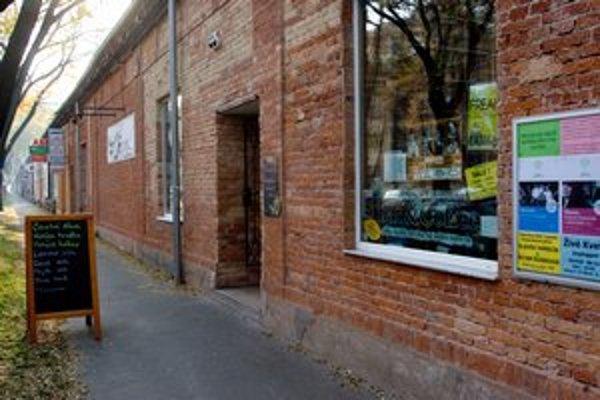 Jeden z posledných zachovaných industriálnych areálov Bratislavy, Cvernovú továreň na nite, chcú po aktivistoch zachrániť už aj ružinovskí poslanci. Košická ulica ožila, vlani tu otvorili kníhkupectvo Alexis, ktorého interiér  získal cenu za dizajn  C