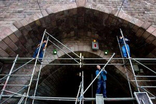 Tunel je zatvorený od 2. februára, kedy v ňom objavili trhlinu, Električky 1, 5 a 9 odvtedy začali jazdiť obchádzkou po nábreží.