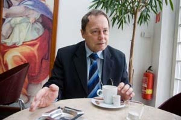 Alexander Tesár, profesor, autorizovaný inžinier, vedecký pracovník Slovenskej akadémie vied.