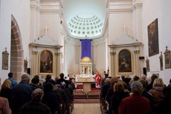 V Katedrále sv. Kríža v bratislavskej mestskej časti Devín sa na Veľký piatok konala Večiereň spojená s uložením plaštenice. Bratislava, 6. apríl 2012.