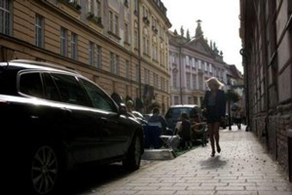 Na území mesta majú dnes vodiči k dispozícii okolo 150-tisíc parkovacích miest, z ktorých takmer polovica má charakter uličného parkovania, teda státia, ktoré nie je oficiálnym parkovacím miestom.