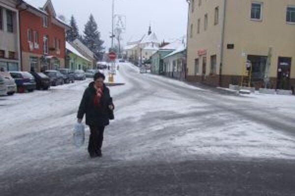 V niektorých úsekoch ľudia prechádzajú cez cestu bez prechodov.