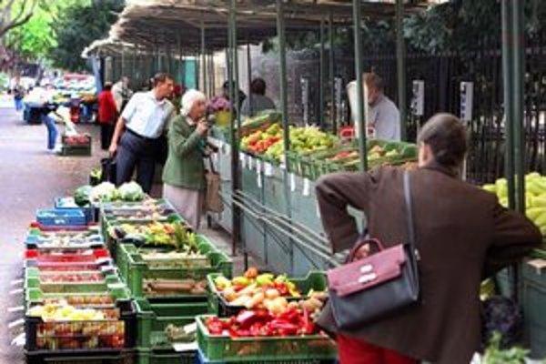 Trhové miesto na Poľnej sa sem presťahovalo z Malého trhu, kam sa malo po dostavaní budovy v tvare lode vrátiť.