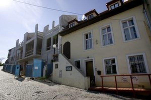 Stavba podľa magistrátu nemá byť vyššia ako rímsa susedného domu.