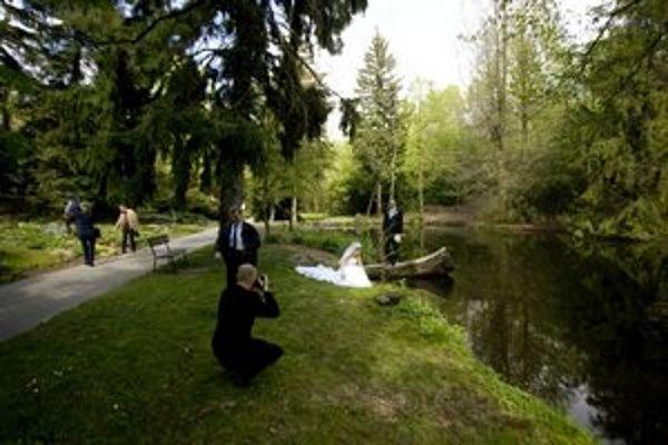 Botanická záhrada je obľúbenou kulisou pre svadobné fotografie. Možno v nej mať aj svadbu.