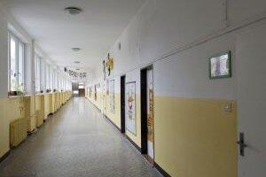 Niektoré školy ostali prázdne, iné ponúkajú deťom alternatívny program.