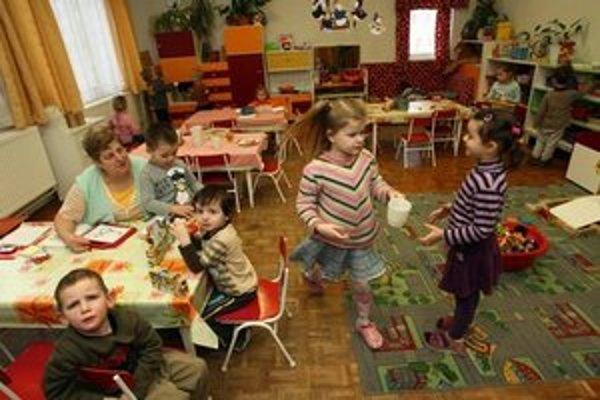 Deti sa počas leta presúvajú podľa toho, ktorá škôlka je otvorená.