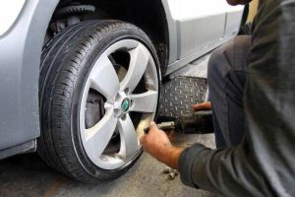 Zlodeji si v uplynulej dobe robia zálusk na preumatiky a disky áut v regióne.