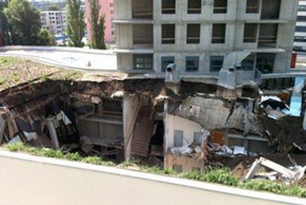 V nedeľu 1. júla 2012 ráno sa na Plynárenskej ulici zrútila časť strechy rozostavanej stavby, nachádzajúcej sa medzi obytnými vežami a susednou stavbou.