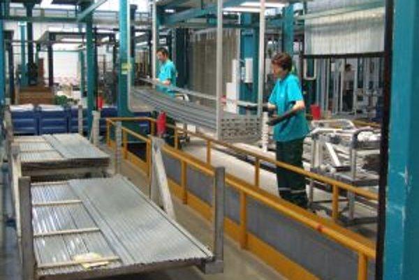 Hala s linkou anodickej oxidácie. Spoločnosť Sapa Profily ju otvorila v máji, no do konca roka prepustí 40 zamestnancov.