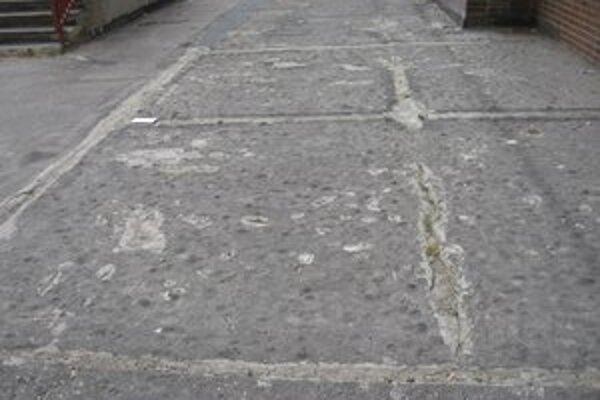 Časť terasy na Osuského dostane nový asfaltový povrch.