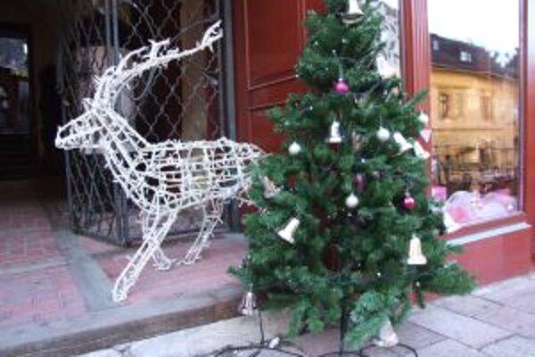 Vianočná výzdoba v Štiavnici. Postarali sa o ňu ľudia zo štábu, ktorý v meste natáčal reklamu.