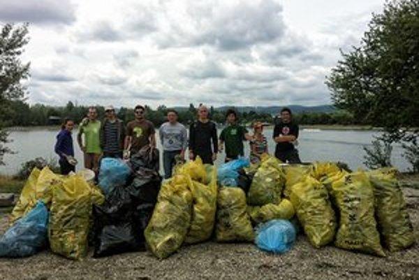 Pri čistení zatiaľ vyzbierali 64 vriec odpadkov.
