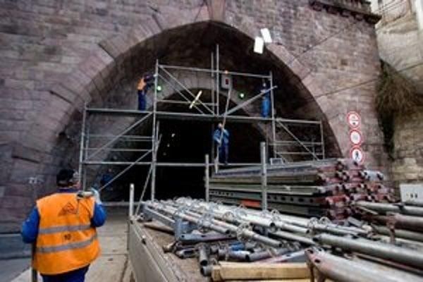 Tunel bolo treba po opravách opraviť.