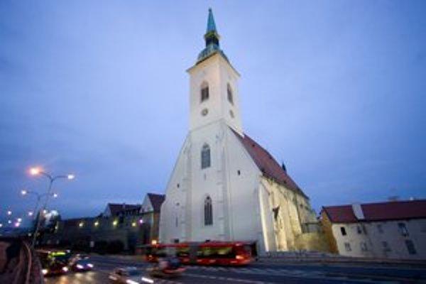 Vandal v katedrále poškodil vitrážne okná, organ aj štalumy.