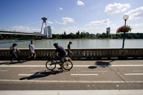 Aby mesto dodržalo predpísanú šírku medzinárodnej cyklotrasy, obmedzilo chodcov. Chodník je miestami taký úzky, že ním prejde len jeden človek.