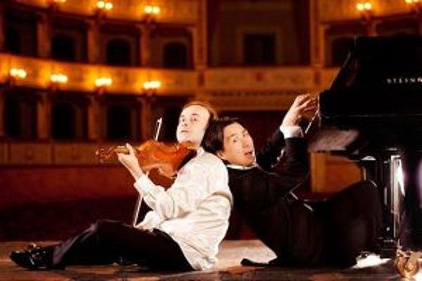 Za jeden z vrcholov programu označujú organizátori kombináciu virtuóznej klasickej hudby s humorom v podaní dua Igudesman & Joo.