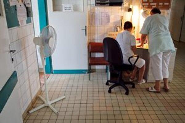 Teplo je aj v nemocniciach. Pomáhajú si ventilátormi.