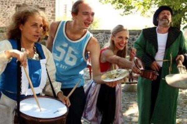 Divadelníci vedú divákov ulicami Kremnice.
