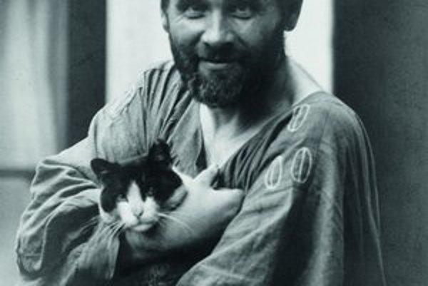 Gustava Klimta pred jeho ateliérom odfotil Moritz Nähr okolo roku 1912.