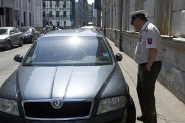Ľudia sa sťažovali na parkovanie policajtov.