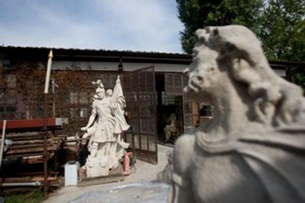 Kópia sochy svätého Floriána je už hotová, stojí však pred ateliérom a nie na námestí.