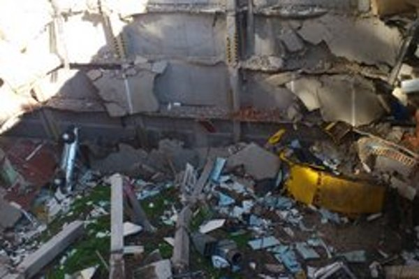 Takto dnes vyzerá jama po páde garáže.