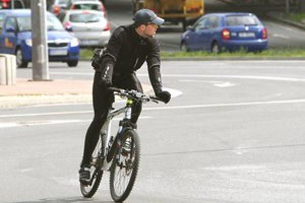 Profesionálnemu cyklistovi trvala jazda 15 minút.
