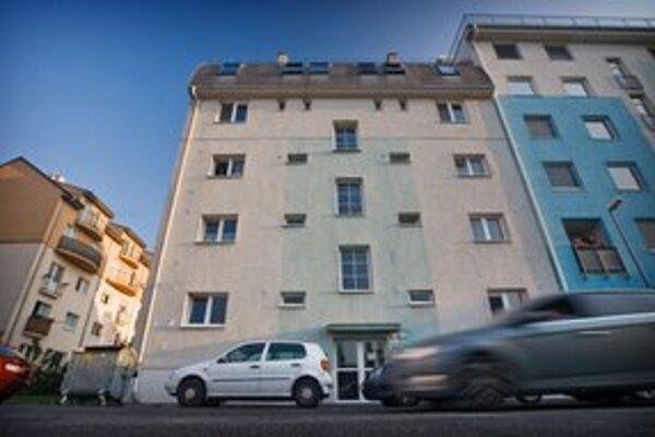 Mŕtve dievčatko ležalo tri roky v tomto bratislavskom dome.