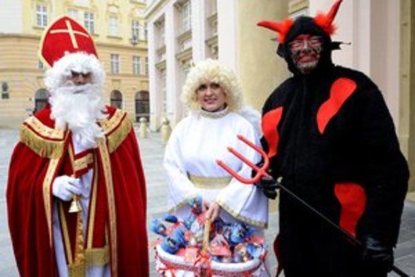 Starostka Tatiana Rosová počas minuloročných vianočných trhov hrala anjela. Vľavo primátor Milan Ftáčnik, vpravo prednosta Starého Mesta a šéf klubu SDKÚ v mestskom zastupiteľstve Sven Šovčík.