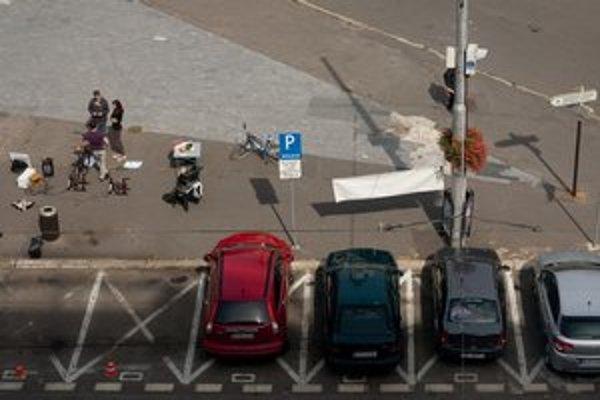 V Bratislave majú zrušiť vyhradené parkovanie. Počas akcie Parking Day upozorňovali ľudia, ako sa dá parkovacie miesto využiť inak.