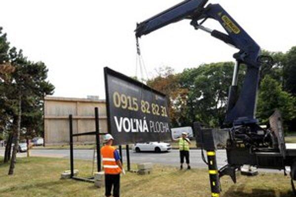 Bratislava odstraňovala nelegálne bilbordy.