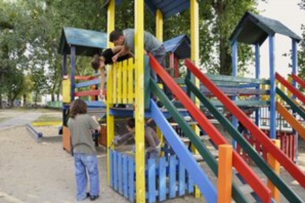 Zamestnanci banky pomáhajú opraviť detské ihrisko na Fajnorovom nábreží.
