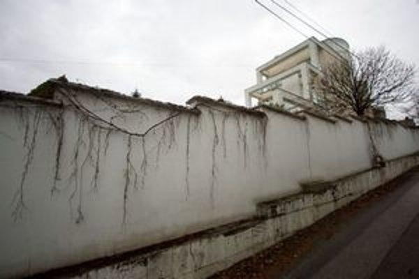 Na pozemku chceli komunisti postaviť cestu, nový režim ho nakoniec predal na výstavbu vily.